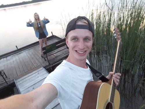 gitaar spelen in hongarije aan het meer